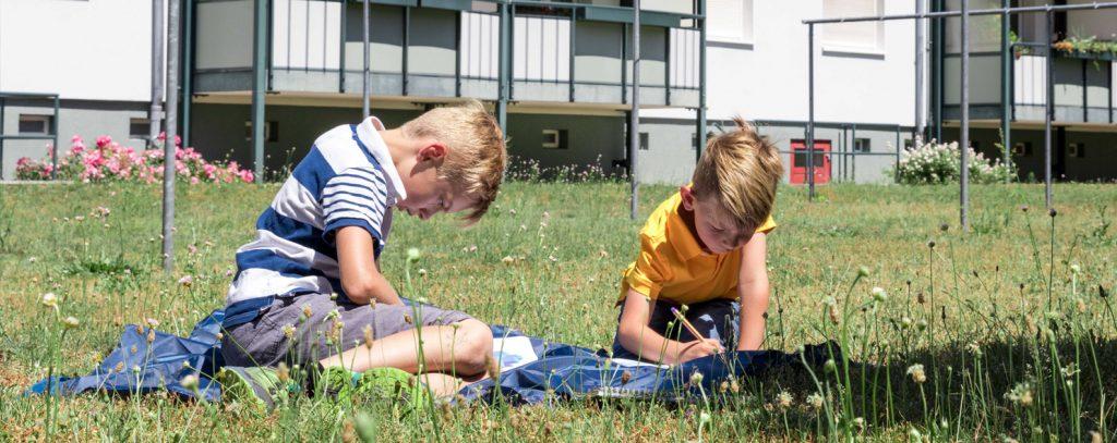 Kinder lernen im Hof ihres Wohnblocks für die Schule