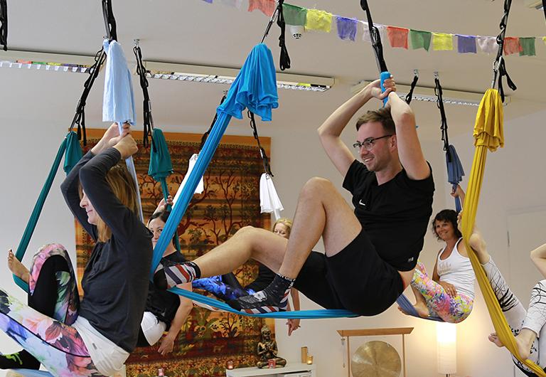 Henry Weiher setzt auf Entspannung beim Hänge-Yoga
