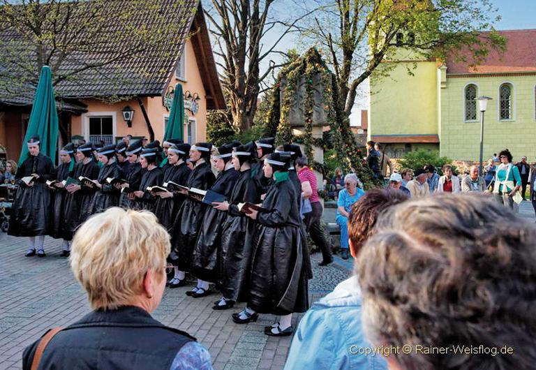 Hoyerswerda-Schwarzkollm-Krabat-Brauchtumsgruppe-Ostersingen-Kantorka-sorbischer-Brauch2